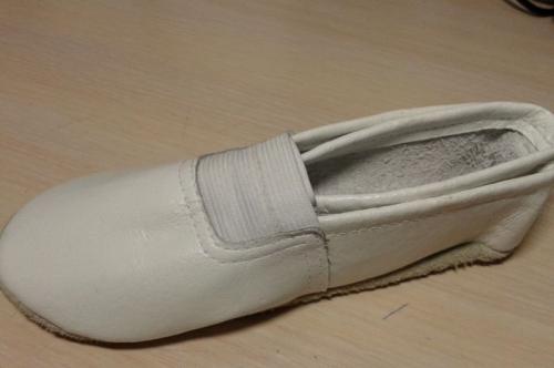 Чешки кожаные белые